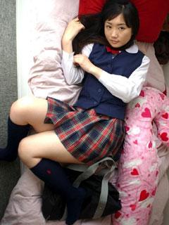 寝転ぶ無防備な女子高生と添い寝2