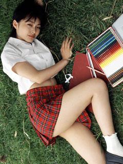 寝転ぶ無防備な女子高生と添い寝7